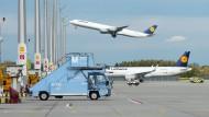 Ein Lufthansa-Flugzeug hebt vom Flughafen München ab
