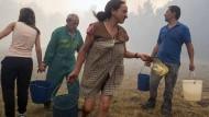 Menschen im Norden Spaniens kämpfen gegen heftige Waldbrände