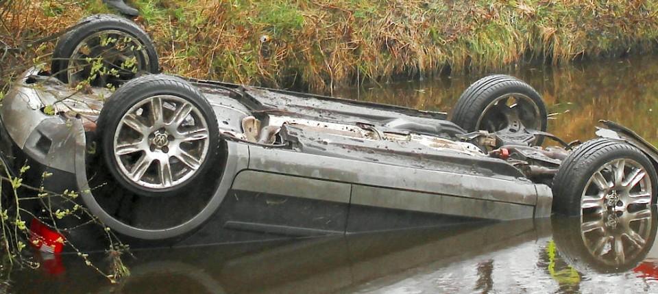 Autounfall: Mann rettet Mädchen vorm Ertrinken
