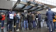 Medien interviewen außerhalb des Gerichtsgebäudes in Christchurch Angehörige der Opfer.