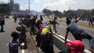 Heftige Zusammenstöße zwischen Anhängern der Regierung Maduro und des Oppositionsführers Guaidó in Caracas.