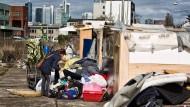 Wie im Slum: Mit Blick auf die Skyline leben obdachlose Rumänen im Gutleutviertel unter Ghetto-ähnlichen Zuständen.