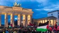 Proteste vor der amerikanischen Botschaft in Berlin am Freitag: Dabei wurden auch israelische Fahnen verbrannt.