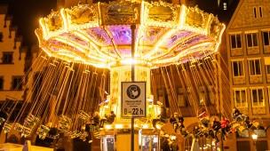 Anschubhilfe dringend erforderlich: Auch das Kettenkarussell, das derzeit auf dem Frankfurter Römerberg steht, dreht sich nach der Corona-Pandemie womöglich nur mit Finanzhilfen für die Betreiber weiter.