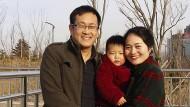 Bild aus einer besseren Zeit: Auf diesem im Februar 2015 von Li Wenzu herausgegebenen Foto stehen Wang Quanzhang (links) und seine Frau Li Wenzu für ein Foto mit ihrem Sohn in einem Park in Ostchina's Shandong Provinz.