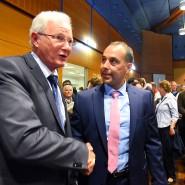 Neuer Chef im Eschborner Rathaus: Adnan Shaikh von der CDU (rechts) wird vom Vorgänger und Konkurrenten Mathias Geiger (parteilos) beglückwünscht.