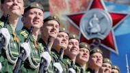 Strahlen fürs Vaterland: Russische Soldaten während der Militärparade in Moskau