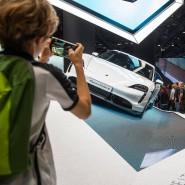 Der elektrische Taycan von Porsche: Die meisten Besucher müssen sich vorerst mit einem Foto begnügen.