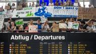 Aktivisten von Fridays for Future protestieren am Stuttgarter Flughafen.