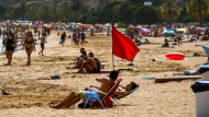 Eine rote Flagge am Strand signalisiert ein Badeverbot für Strandgäste. Ein solche Warnung ließen die drei Urlauber unbeachtet.