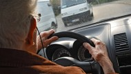 Autofahrer ab 75 Jahren stellen eine größere Gefahr dar als Fahranfänger.