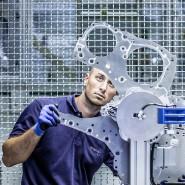 Qualitätskontrolle beim Autozulieferer Elring-Klinger. Nicht nur in Dettingen sieht man dem Strukturwandel in der Autoindustrie bang entgegen.