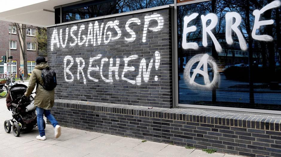 """Der Unmut entlädt sich auf vielfältige Weise – die Aufschrift """"Ausgangssperre brechen"""" an einer Wand in Hamburg am 1. April."""