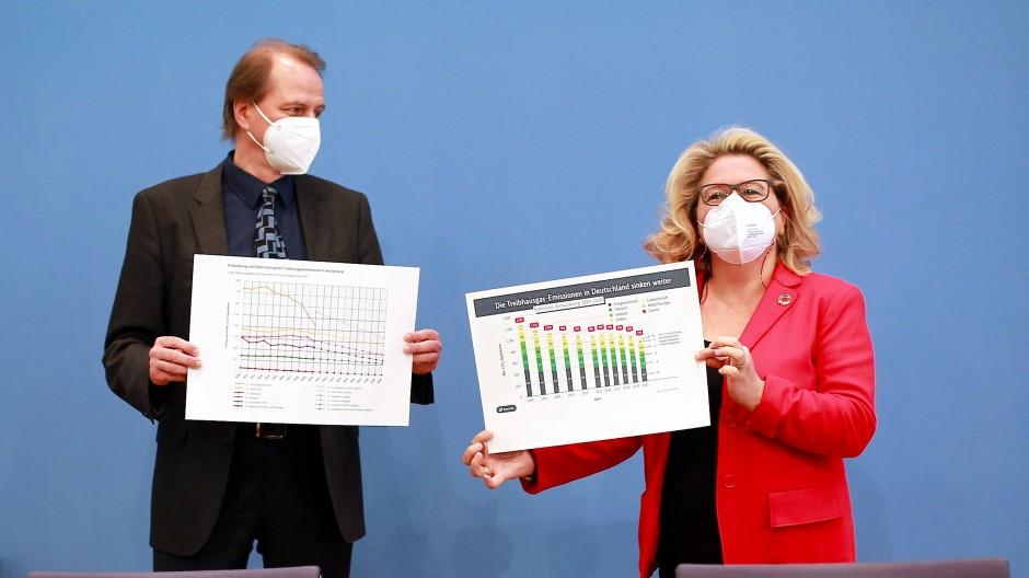 Bundesumweltministerin Svenja Schulze (SPD) und der Präsident des Umweltbundesamts, Dirk Messner, bei der Vorlage des Klimaschutzberichts