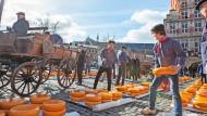 Im Jahr 1395 fand der erste Käsemarkt in Gouda mit den typischen gelben Laiben statt. Es gibt ihn bis heute.