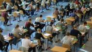 Schüler arbeiten an einer schriftlichen Abiturprüfung.