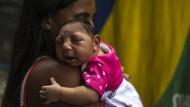 Eine Mutter in Rio de Janeiro mit einem durch einen Zika-Virus verursachte Mikroenzephalie