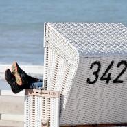 Füße hoch: Ein Mann in einem Strandkorb im Westerland