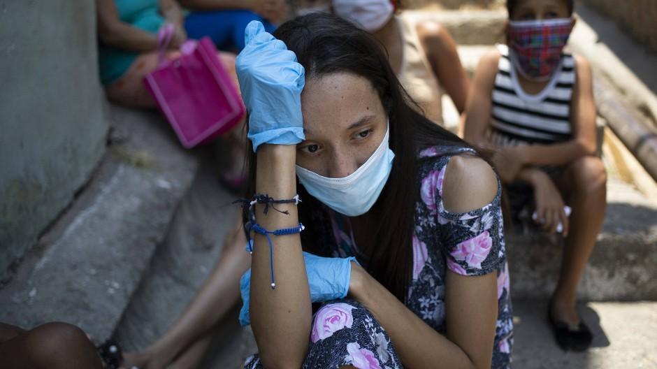Vor einer Suppenküche in einem Slum von Caracas
