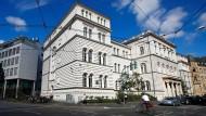 Vor dem Landgericht Bonn müssen sich zwei Börsenhändler wegen ihrer Verwicklung in die sogenannten Cum-Ex-Geschäfte rechtfertigen.