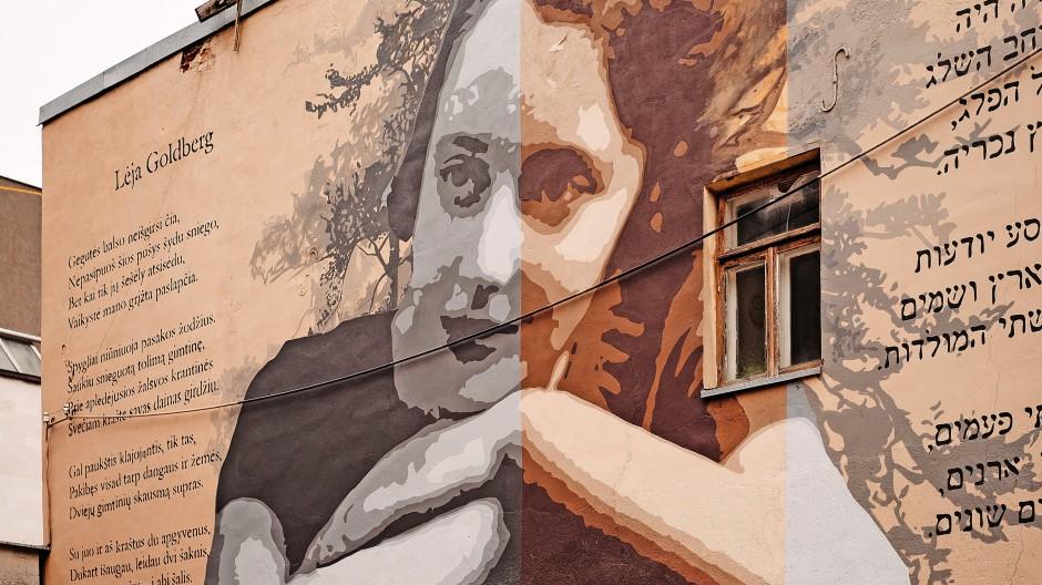 Hauswand in Kaunas mit einem Porträt der litauisch-jüdischen Schriftstellerin  Leah Goldberg (1911 bis 1970)