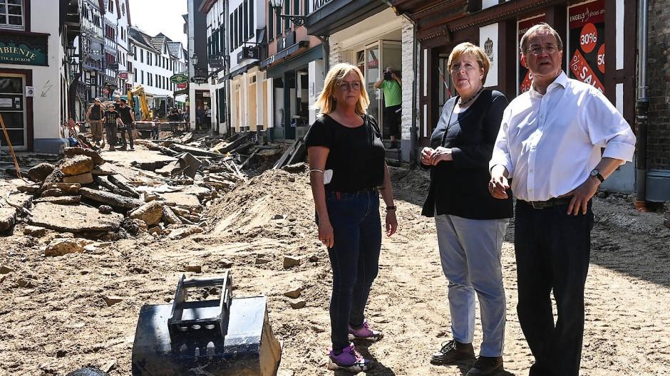 Bundeskanzlerin Angela Merkel Armin Laschet, Ministerpräsident von Nordrhein-Westfalen, informieren sich vergangenen Dienstag in Bad Münstereifel über die Lage im vom Hochwasser betroffenen Gebiet.
