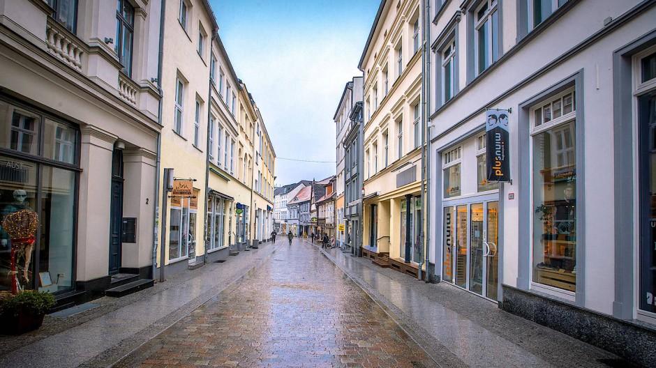 Menschenleeres Schwerin: Nur ganz wenige Menschen sind auf der Schmiedestraße in der Innenstadt unterwegs.