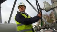 """Ein Angestellter in Wyborg bei St. Petersburg 2012 bei der Eröffnung des zweiten Strangs der Ostseepipeline """"Nord Stream""""."""