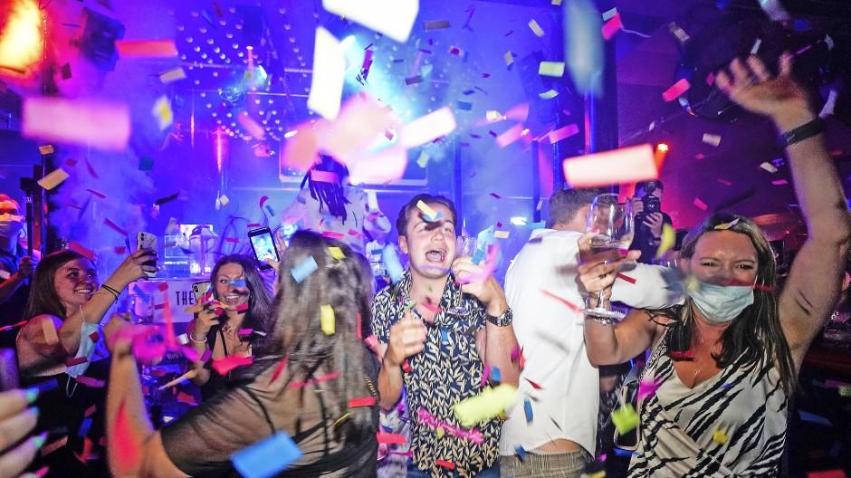 Party – weitestgehend ohne Maske: Junge Briten feiern das Ende der gesetzlichen Corona-Einschränkungen.