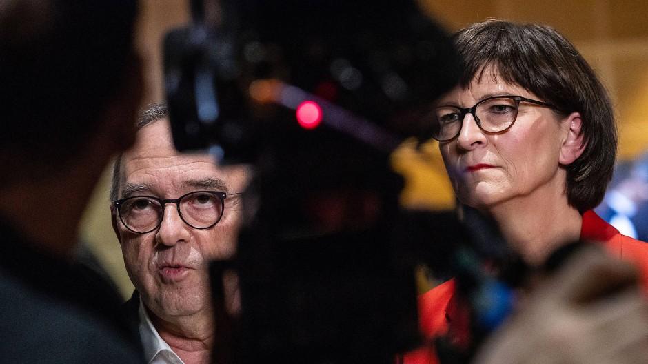 Norbert Walter-Borjans und Saskia Esken treten nach der Verkündung des Wahlergebnisses vor die Presse. Die Parteimitglieder der SPD wählten sie an die Spitze.