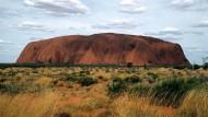 """Beliebtes Ziel von Rucksacktouristen in Australien:  der riesige Sandstein """"Uluru"""""""