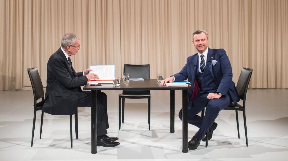 Van der Bellen, Hofer und ein undefinierbarer Vorhang: Dieses Studiodesign zur TV-Debatte lenkt nicht von den Inhalten ab.