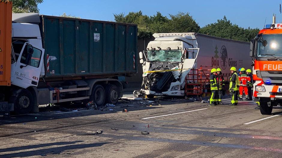 Unglück am Morgen: zwei der Lastwagen, die auf der A3 kollidierten