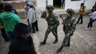 Soldaten patrouillieren vor einem Wahllokal in der kolumbianischen Stadt Guasca.