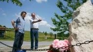 Er starb an dieser Stelle: der Reporter Joachim Rienhardt und der Fotograf Uli Reinhardt im Kosovo am Gedenkstein für ihren Kollegen Gabriel Grüner