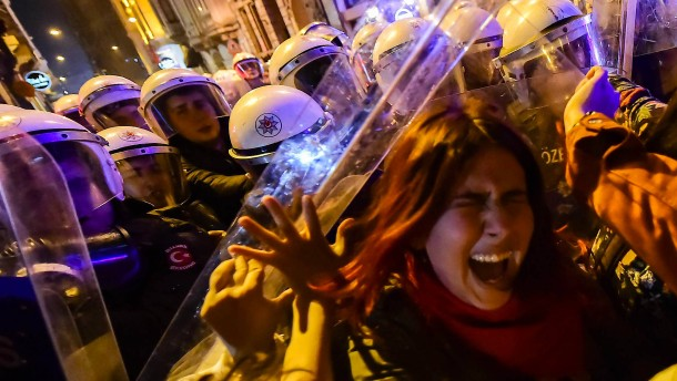 Polizei stoppt Demo in Istanbul