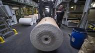 Von der Rolle: Blick in die Produktion von Papierbändern bei Neubronner