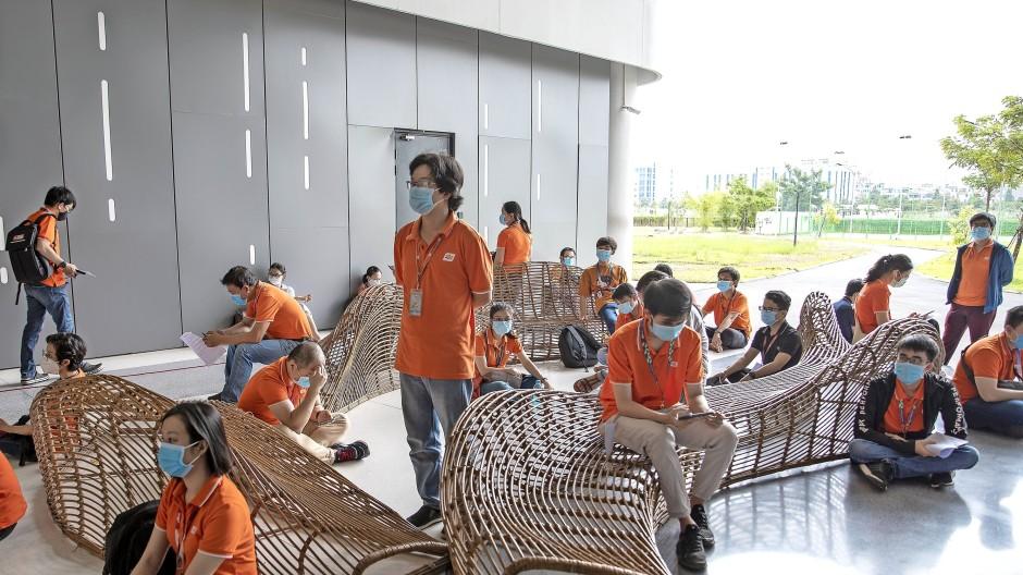 Sie haben Glück: Vietnamesische Beschäftigte warten auf eine Impfung mit AstraZeneca-Vakzin.
