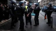 """Fast 1000 Menschen sind vorläufig in Paris während der Proteste der """"Gelbwesten"""" festgenommen worden."""