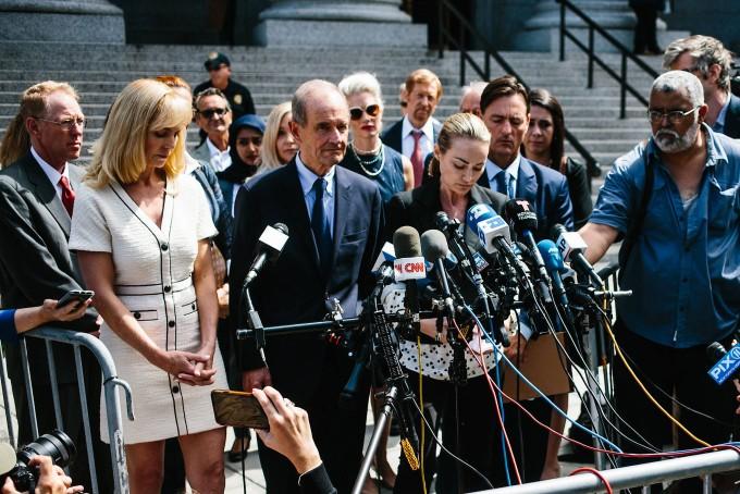 """Der Investment-Millionär Epstein habe """"krankhaft"""" junge Frauen missbraucht, schilderte Chauntae Davies (rechts), hier im Bild mit ihrem Anwalt David Boies."""