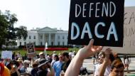 Unterstützer des DACA-Programms für junge Migranten protestieren vor dem Weißen Haus.