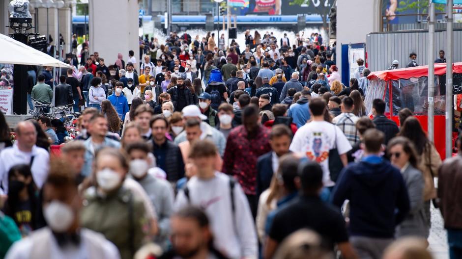 Hoffnung auf Herdenimmunität: Menschen in der Fußgängerzone der Münchener Innenstadt