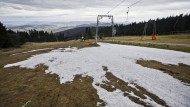 Nur noch Reste von Kunstschnee: Die Wasserkuppe, höchster Punkt der hessischen Rhön, Anfang Januar 2014