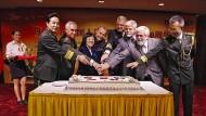 Gut gelaunt: Laurent (vierter von rechts) in der chinesischen Botschaft