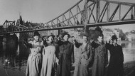Emil Mangelsdorff (3.v.l.) und andere Mitglieder der Swing-Jugend persiflieren vor dem Eisernen Steg den Hitlergruß.