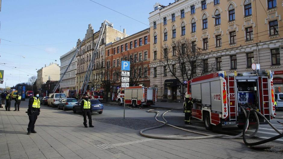 Das Feuer war aus zunächst ungeklärter Ursache in dem sechsstöckigen Gebäude ausgebrochen.