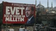 Ein Werbebanner mit dem türkischen Präsident Erdogan an einer Hauswand in Istanbul