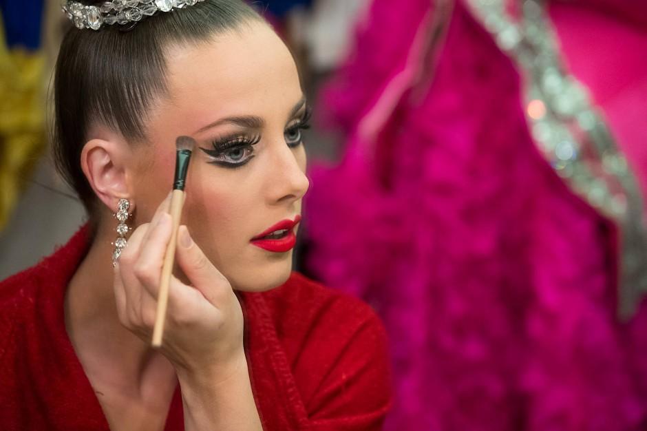"""Claudine schminkt sich für ihren Auftritt in """"Féerie"""". Sie tanzt seit sieben Jahren für das Moulin Rouge und seit drei Jahren in den Hauptrollen."""