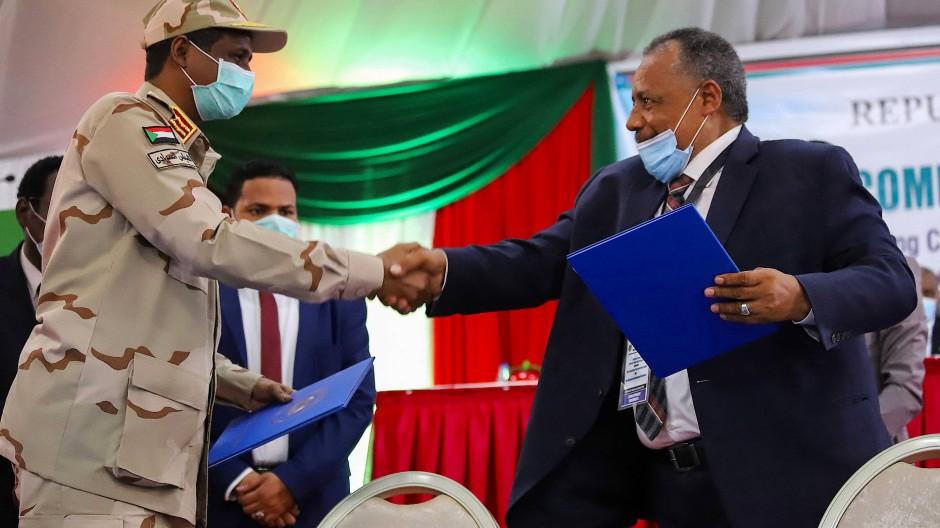 Mohamed Hamdan Dagalo, der Leiter des sudanesischen Souveränitätsrats, und der Rebellenführer Mohamed Dawood bei der Zeremonie in Juba am 31. August