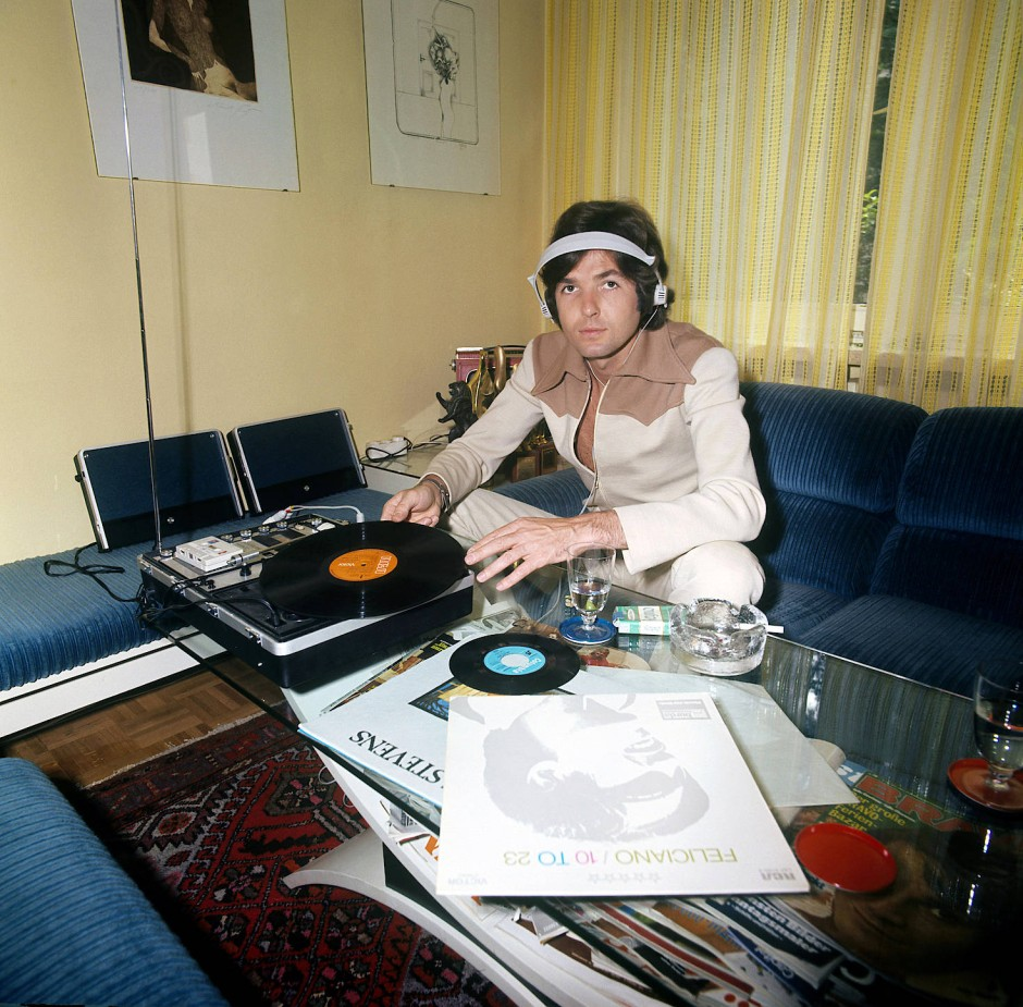 Chris Roberts im Jahr 1973 beim Hören von Schallplatten in seiner Wohnung